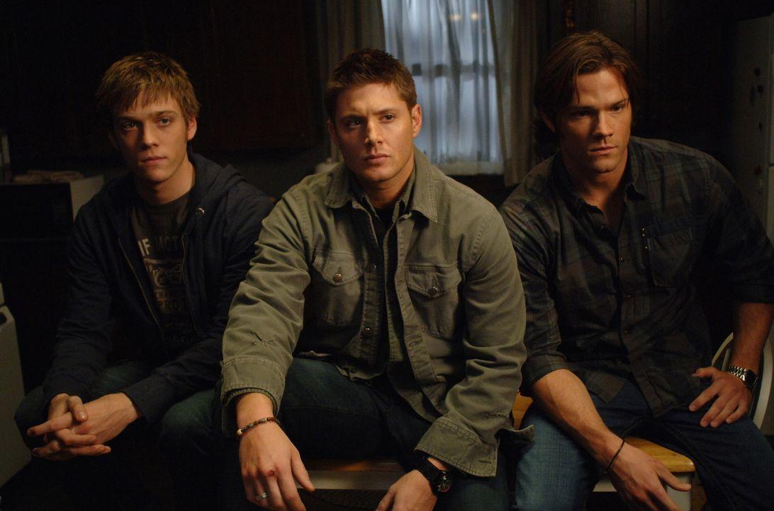 Sam (Jared Padalecki, r.) und Dean (Jensen Ackles, M.) bekommen einen Anruf von Adam Milligan (Jake Abel, l.), der ihren Vater John sucht. Er behaup... - Bildquelle: Warner Bros. Television