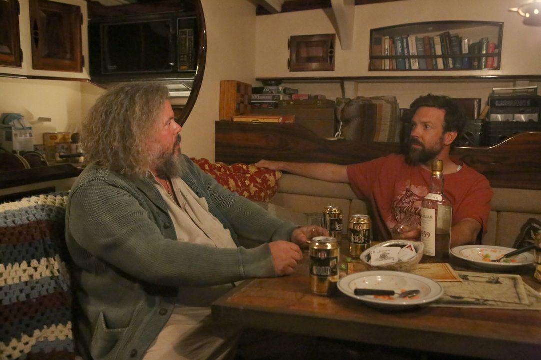 Mike (Jason Sudeikis, r.) ist mehr als begeistert, als er auf Pat (Mark Boone Junior, l.) trifft, denn endlich kann er wieder mit einem Menschen red... - Bildquelle: 2015-2016 Fox and its related entities.  All rights reserved.
