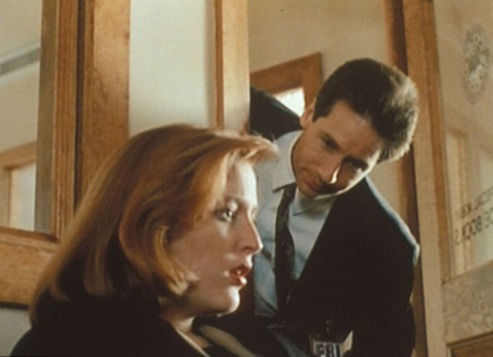 Mulder (David Duchovny, r.) versucht, Scully (Gillian Anderson, l.) zu beruhigen, die nach der Konfrontation mit ihrem ersten Fall von Leichenschänd... - Bildquelle: TM +   Twentieth Century Fox Film Corporation. All Rights Reserved.