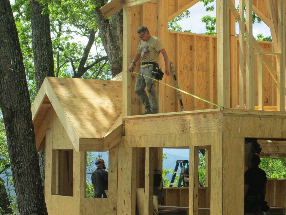 Für die harten Baumhaus-Jungs ist kein Baum zu hoch und kein Holz zu schwer. Dieses Mal versuchen sie, den individuellen Traum von Caroline und Mich... - Bildquelle: 2016,DIY Network/Scripps Networks, LLC. All Rights Reserved.
