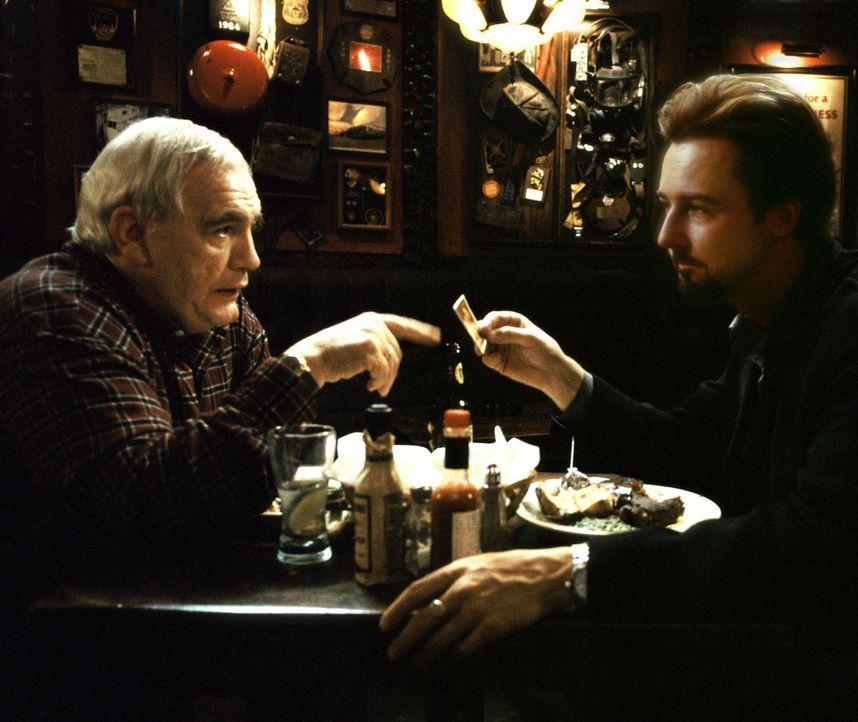 Die Uhr läuft, die 25. Stunde naht. Als sein Vater (Brian Cox) ihm rät, außer Landes zu fliehen, ist es für den ehemaligen Drogendealer Monty (E... - Bildquelle: Touchstone Pictures