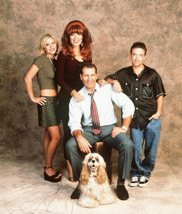 (11. Staffel) - Al Bundy (Ed O'Neil, sitzend M.) im Kreise seiner Familie: Kelly (Christina Applegate, l.), Peggy (Katey Sagal, M.) und Bud (David F... - Bildquelle: Sony Pictures Television International. All Rights Reserved.