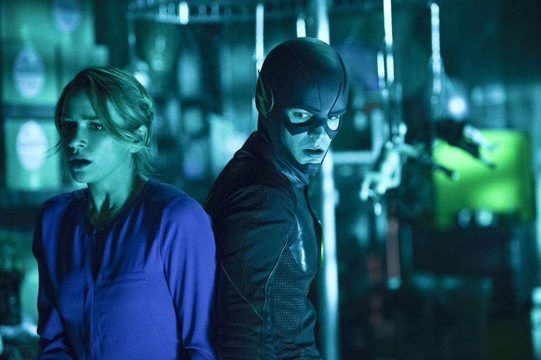 Als Barry (Grant Gustin, r.) bewusst wird, dass er für Patty (Shantel VanSanten, l.)  in diesem Fall als Barry keine Stütze ist, entschließt er sich... - Bildquelle: 2015 Warner Brothers.
