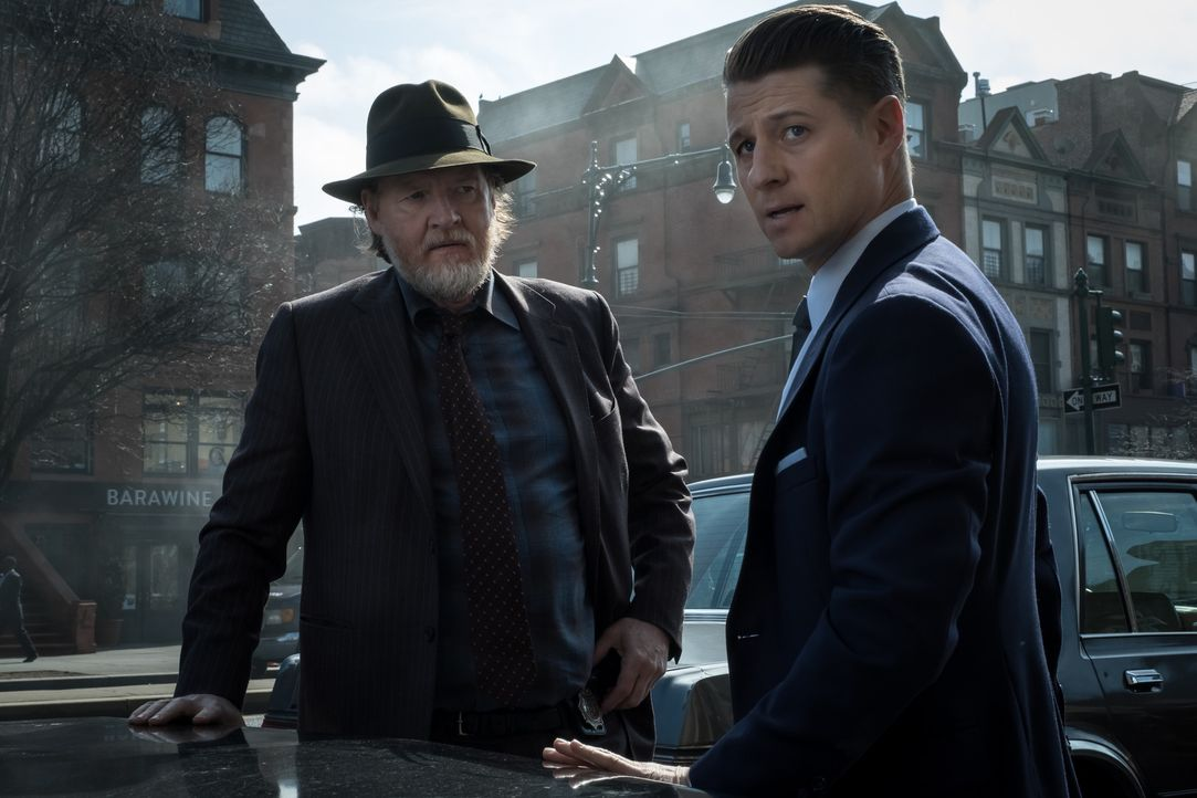 Harvey Bullock (Donal Logue, l.); James Gordon (Ben McKenzie, r.) - Bildquelle: 2017 Warner Bros.