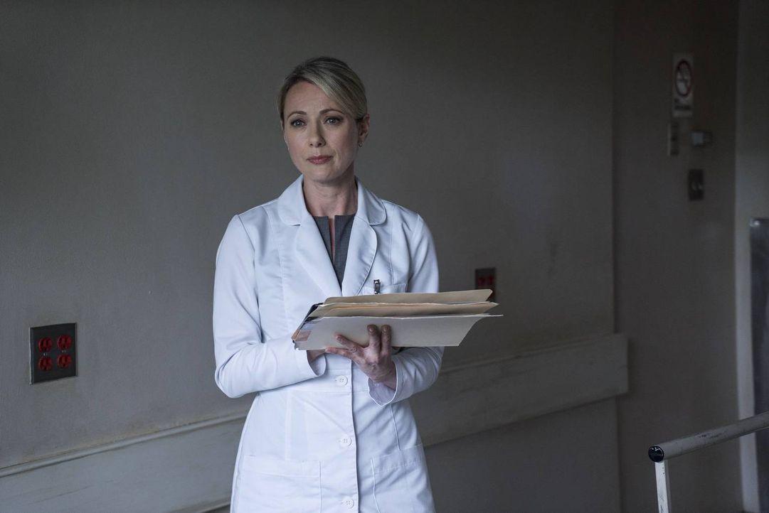 Dr. Matthews (Claire Rankin) will, Damien nach seinem Selbstmordversuch helfen, nicht ahnend, welch dunkle und gefährliche Wolke ihn umgibt und wie... - Bildquelle: 2016 A&E Television Network, LLC. All rights reserved.