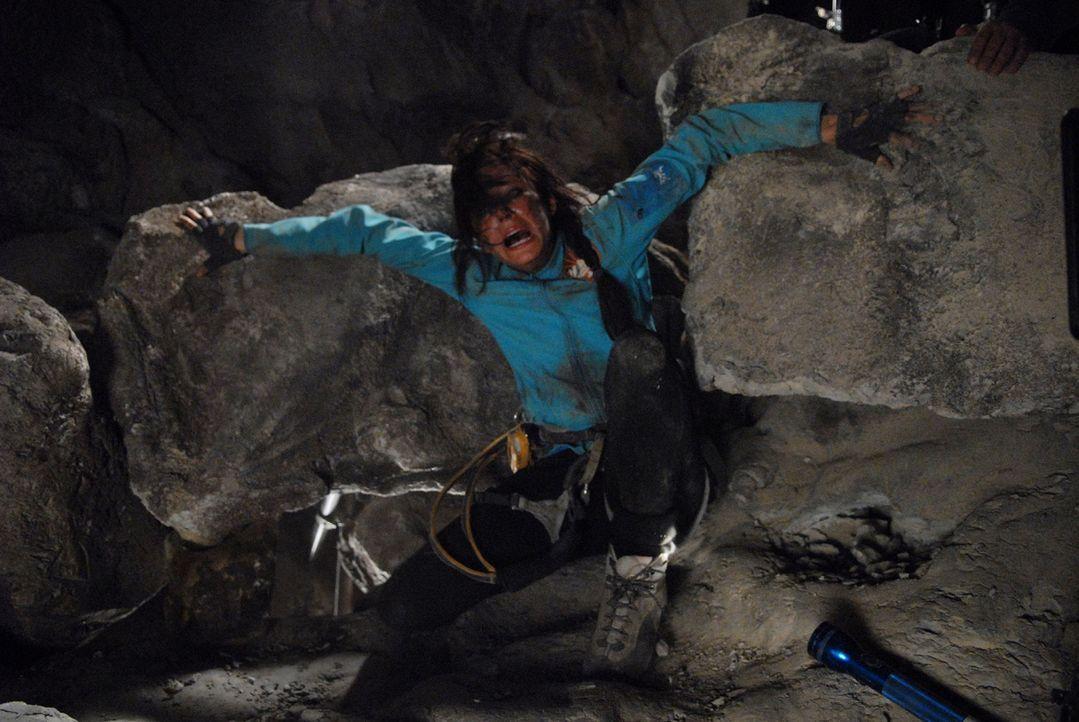 In einer Felsspalte gefangen und den blutrünstigen Höhlenmenschen ausgeliefert: Cathy (Anna Skellern) ...