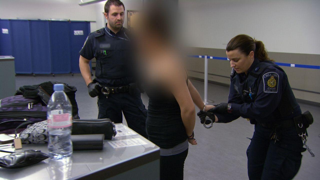 Wer sich widersetzt, wird von den Beamten verhaftet. - Bildquelle: Force Four Entertainment / BST Media 2 Inc.