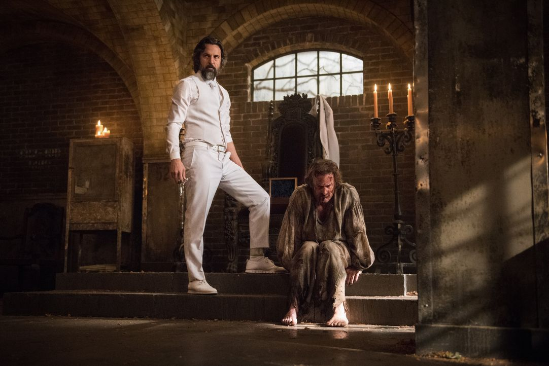 Asmodeus (Jeffrey Vincent Parise, l.); Gabriel (Richard Speight Jr., r.) - Bildquelle: Dean Buscher 2018 The CW Network, LLC. All Rights Reserved / Dean Buscher