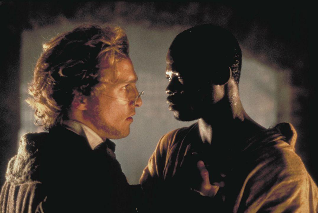 Der Gefangene Cinqué (Djimon Hounsou, r.) bespricht sich mit seinem Anwalt Roger Baldwin (Matthew McConaughey, l.). - Bildquelle: DreamWorks Distribution LLC