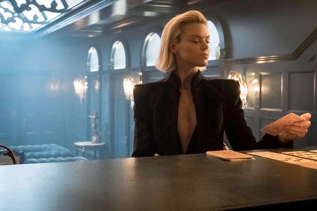 Als ein Mord mit dem sonderbaren Messer in Verbindung gebracht wird, für das auch Barbara (Erin Richards) geboten hatte, gerät sie ins Visier der Po... - Bildquelle: 2017 Warner Bros.