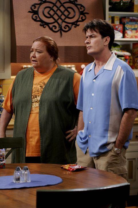Versuchen Alan zu verstehen: Charlie (Charlie Sheen, r.) und Berta (Conchata Ferrell, l.) ... - Bildquelle: Warner Brothers Entertainment Inc.