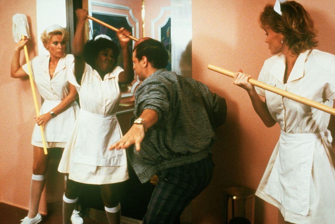 Mit vereinten Kräften gelingt es den angeblichen Zimmermädchen Lieutenant Debbie Callahan (Leslie Easterbrook, l.), Hooks (Marion Ramsey, M.) und Ka... - Bildquelle: Warner Bros.