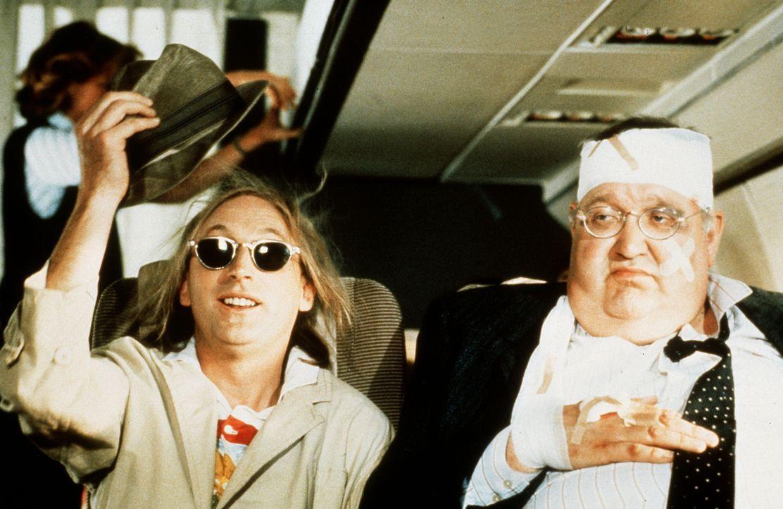Neben Otto (Otto Waalkes, l.) in einem Flugzeug zu sitzen bedeutet für seinen Nachbar (Uwe Hacker, r.) Nervenstress pur ... - Bildquelle: Rialto Film