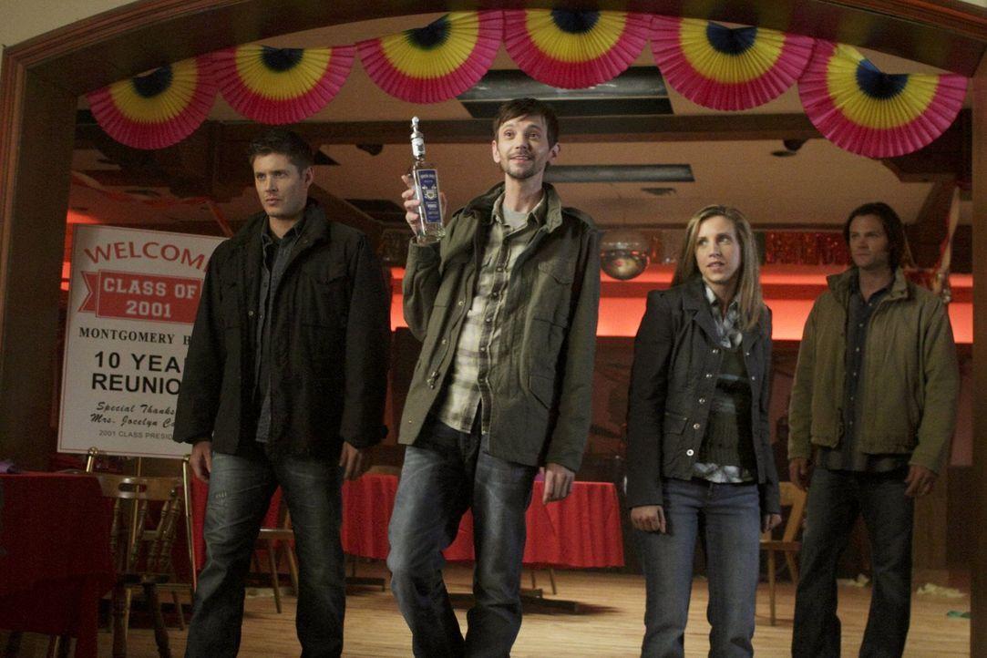 Nachdem Sam (Jared Padalecki, r.) Becky (Emily Perkins, 2.v.r.) geheiratet hat, verbündet sich Dean (Jensen Ackles, l.) widerwillig mit Garth (DJ Qu... - Bildquelle: Warner Bros. Television