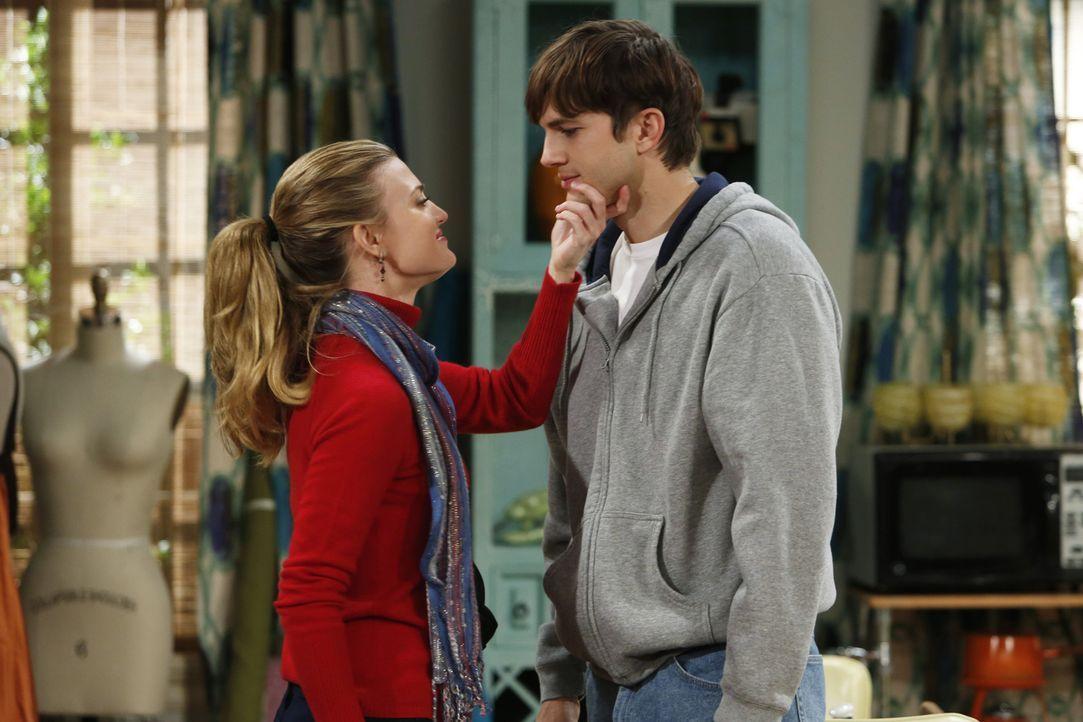 Walden und Alan haben die Rollen getauscht: Walden (Ashton Kutcher, r.) alias Sam Wilson ist zu seiner Freundin Kate (Brooke D'Orsay, l.) gezogen, w... - Bildquelle: Warner Brothers Entertainment Inc.