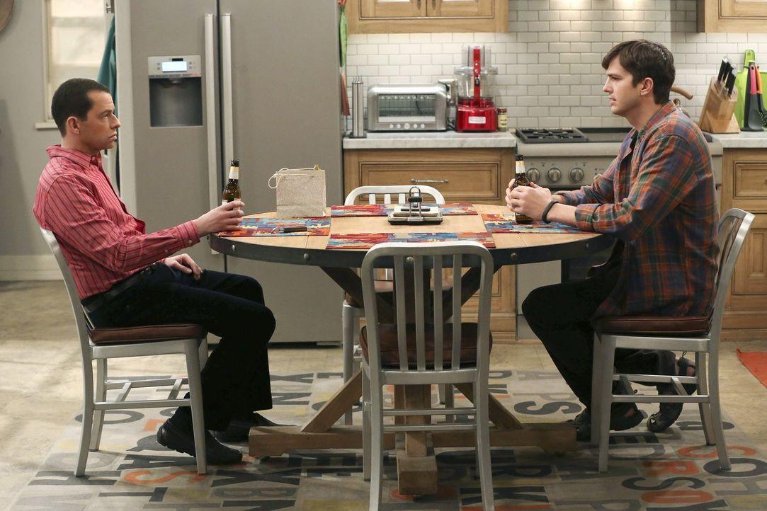 Nachdem sie ihre Scheidungspapiere unterzeichnet haben, darf sich Alan (Jon Cryer, l.) zum Ausgleich von Walden (Ashton Kutcher, r.) wünschen, was e... - Bildquelle: Warner Brothers Entertainment Inc.
