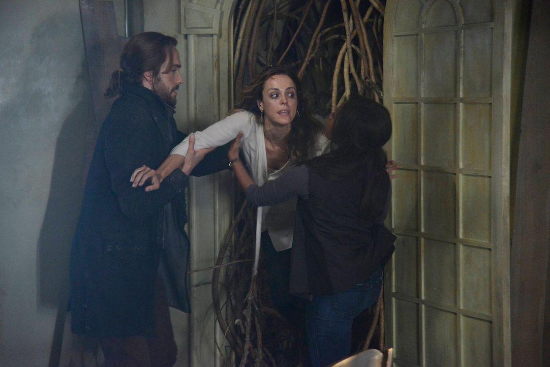 Ichabod (Tom Mison, l.) und Abbie (Nicole Beharie, r.) ermitteln im Fall der vermissten Lena Gilbert (Erin Cahill, M.) und dabei stoßen zu auf ein H... - Bildquelle: 2013 Twentieth Century Fox Film Corporation. All rights reserved.