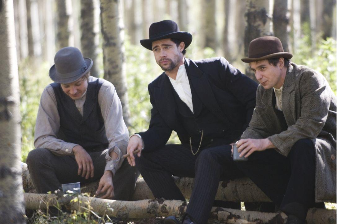 Der Bandit Jesse James (Brad Pitt, M.) ist mit seiner James-Younger-Bande (v.l.n.r.: Sam Shepard, Casey Affleck) der meistgesuchte Mann des Wilden W... - Bildquelle: TM and   2007 Warner Bros. Entertainment Inc. All Rights Reserved.