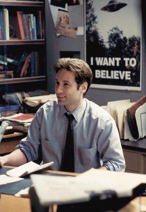 FBI-Agent Mulder (David Duchovny, Foto) lernt Cassandra Spender, die Mutter eines jungen FBI-Agenten kennen, die behauptet, bereits mehrmals von Auß... - Bildquelle: 1997 Twentieth Century Fox Film Corporation. All rights reserved.