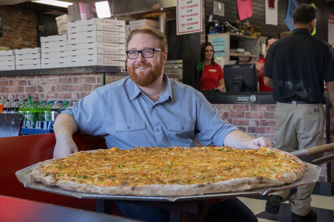 """Food-Fanatiker Josh Denny ist begeistert von der riesigen Pizza im """"Champs Pizza"""", doch was sagen die anderen Gäste? - Bildquelle: Bill Gray 2016, Television Food Network, G.P. All Rights Reserved."""
