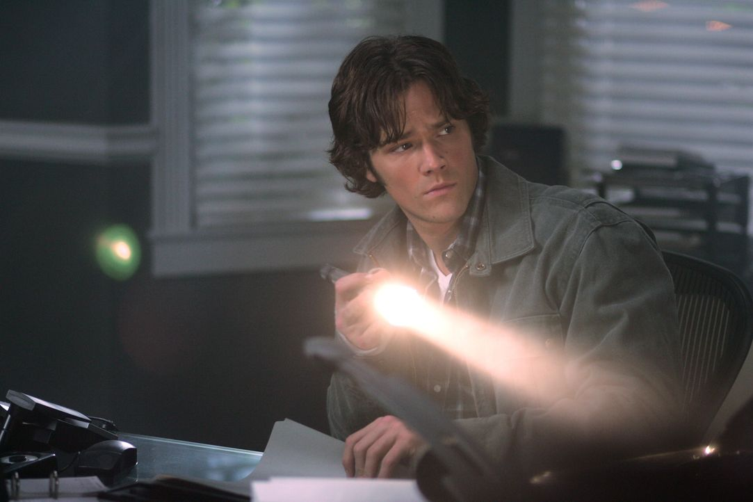 Sam (Jared Padalecki) bricht in ein Büro ein und findet dort einen äußerst merkwürdigen Hinweis ... - Bildquelle: Warner Bros. Television