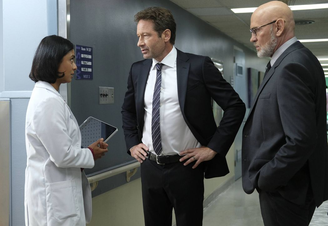 Als Dr. Joyet (Anjali Jay, l.) Mulder (David Duchovny, M.) und Skinner (Mitch Pileggi, r.) zeigt, welche extremen Hirnaktivitäten bei Scully vor sic... - Bildquelle: Robert Falconer 2017 Fox and its related entities. All rights reserved. / Robert Falconer