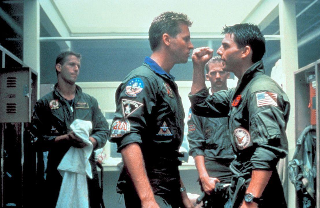 Die Rivalität zwischen den Kampfpiloten wird immer härter - es kommt zur offenen Konfrontation zwischen Maverick (Tom Cruise, r.) und seinem Dauerko... - Bildquelle: PARAMOUNT PICTURES CORPORATION