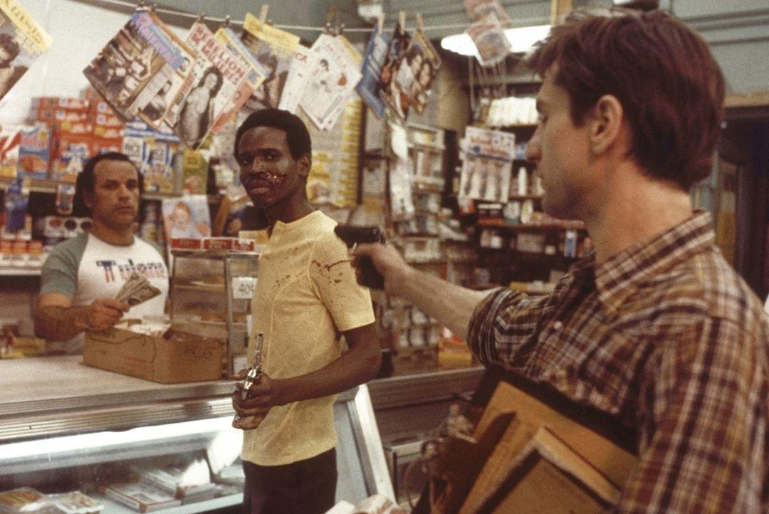Die zunehmende Vereinsamung beginnt Travis' (Robert De Niro, r.) Psyche zu deformieren. Er glaubt, das Übel in der Welt persönlich bekämpfen zu müss... - Bildquelle: Columbia Pictures