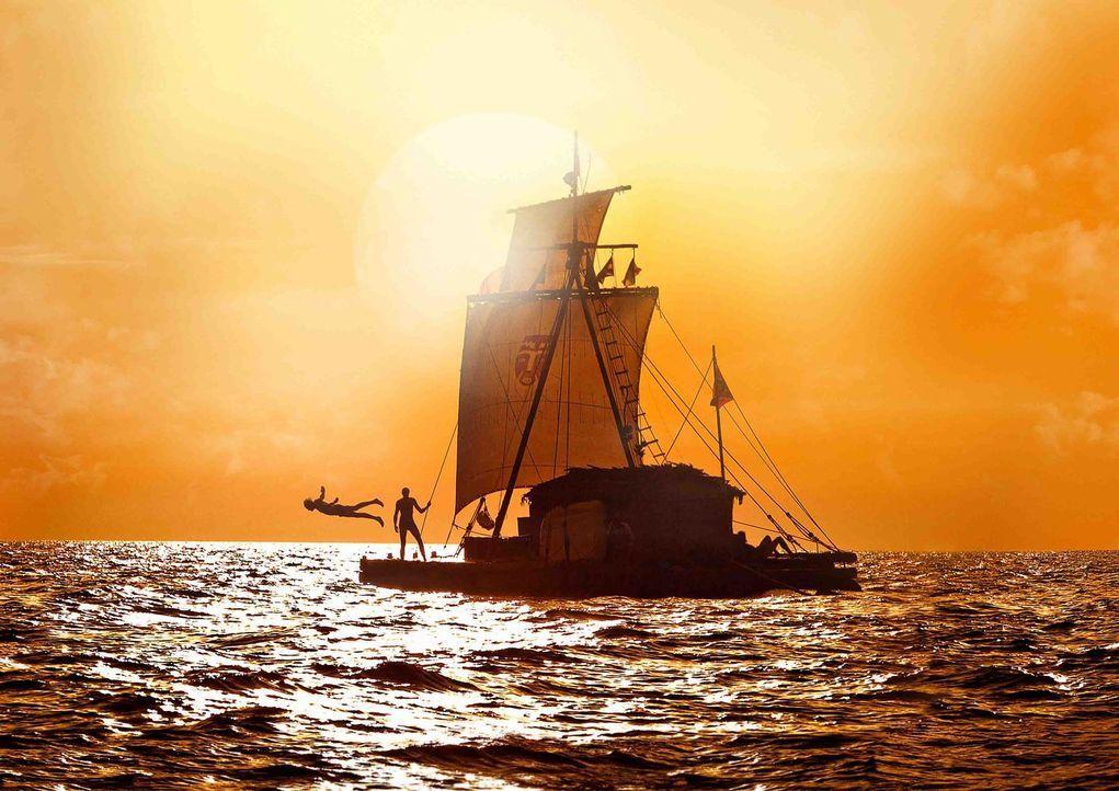 Die erste Zeit der Mission auf dem Meer lässt es sich die Crew gutgehen ... - Bildquelle: DCM Film Distribution GmbH