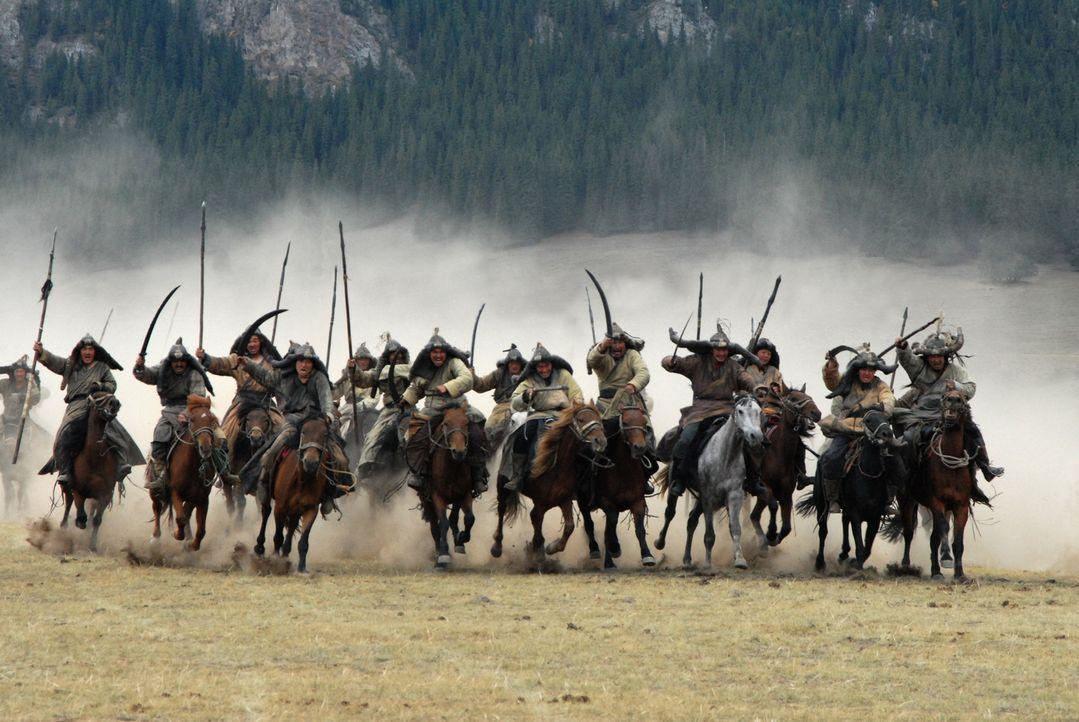 Als Borte durch einen verfeindeten Stamm entführt wird, zieht Temudgin in einen opferreichen Kampf ... - Bildquelle: X-Filmverleih