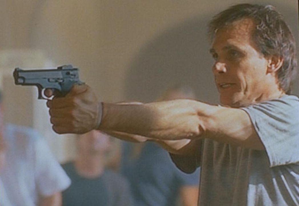 Der hirngeschädigte, ehemalige FBI-Agent Duane Barry (Steve Railsback) nimmt vier Geiseln, um für sein nächstes Treffen mit den  Außerirdischen Auge... - Bildquelle: TM +   Twentieth Century Fox Film Corporation. All Rights Reserved.