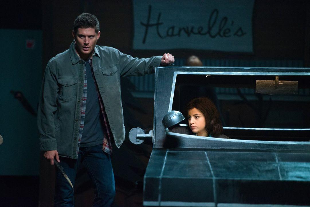 Gelingt es Dean (Jensen Ackles, l.), die Göttin der Dichtkunst zu stoppen, bevor diese die junge Drehbuchautorin Marie (Katie Sarife, r.) verschling... - Bildquelle: 2016 Warner Brothers