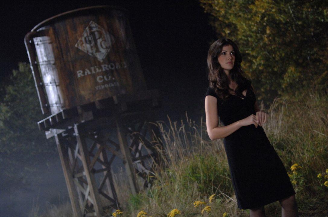 Die Dämonin (Jeanette Sousa) kennt keine Gande und trachtet nach dem Leben von Evan ... - Bildquelle: Warner Bros. Television