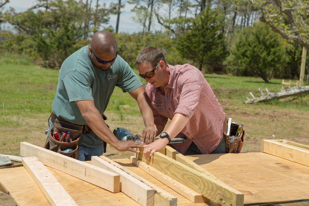 Josh (r.) und Chris (l.) haben so einiges vor: Das Haus aus dem 18. Jahrhundert soll einen neuen Fernsehbereich, einen Fahrstuhl und einen neuen Sta... - Bildquelle: Adrian Henson 2013,DIY Network/Scripps Networks, LLC. All Rights Reserved.