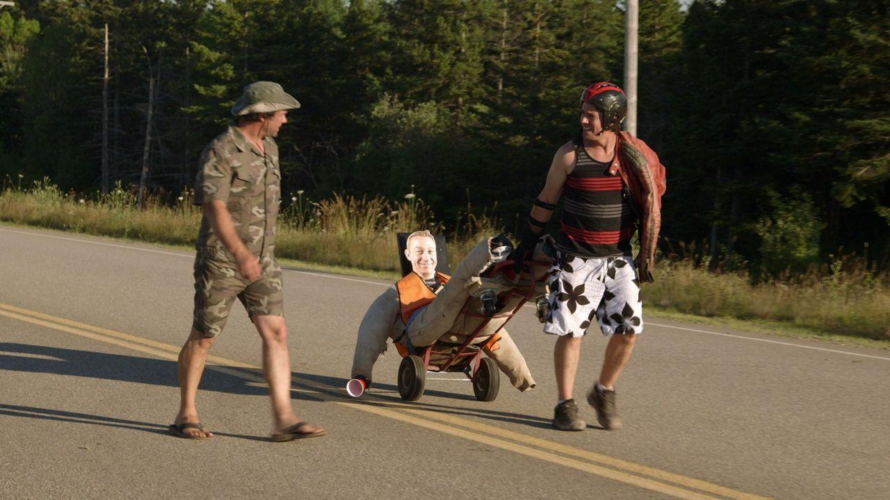 Für das Seifenkistenrennen sind Andrew (r.) und Kevin (l.) perfekt gerüstet. Werden sie heil im Ziel ankommen? - Bildquelle: Brojects Ontario Ltd./Brojects NS Ltd