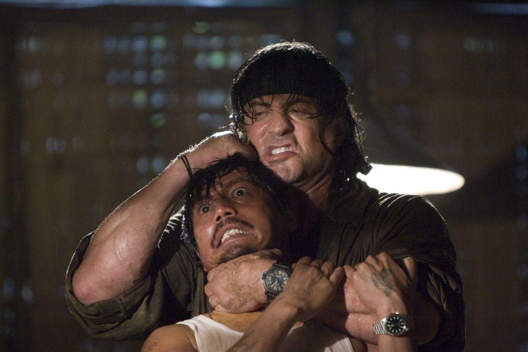 Ohne viele Worte erledigt er einen Feind nach dem anderen: Rambo (Sylvester Stallone, r.) ... - Bildquelle: Karen Ballard Nu Image Films