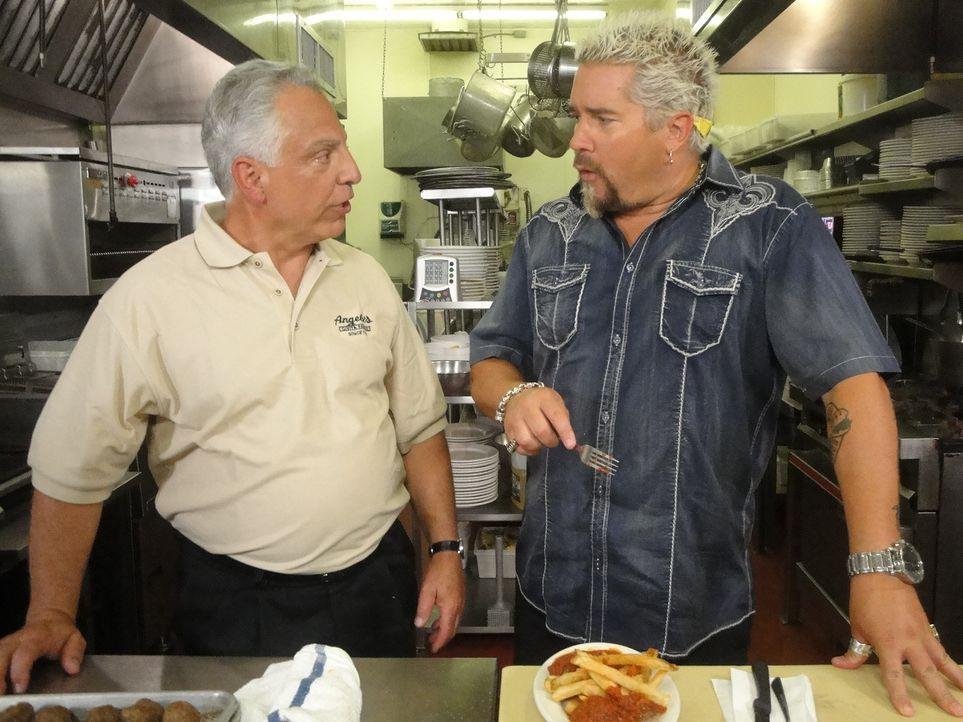"""Mit dem Chef von """"Angelo's Civita Farnese"""" Bob Antignano (l.), ist Guy Fieri (r.) direkt auf einer Wellenlänge ... - Bildquelle: 2012, Television Food Network, G.P. All Rights Reserved."""