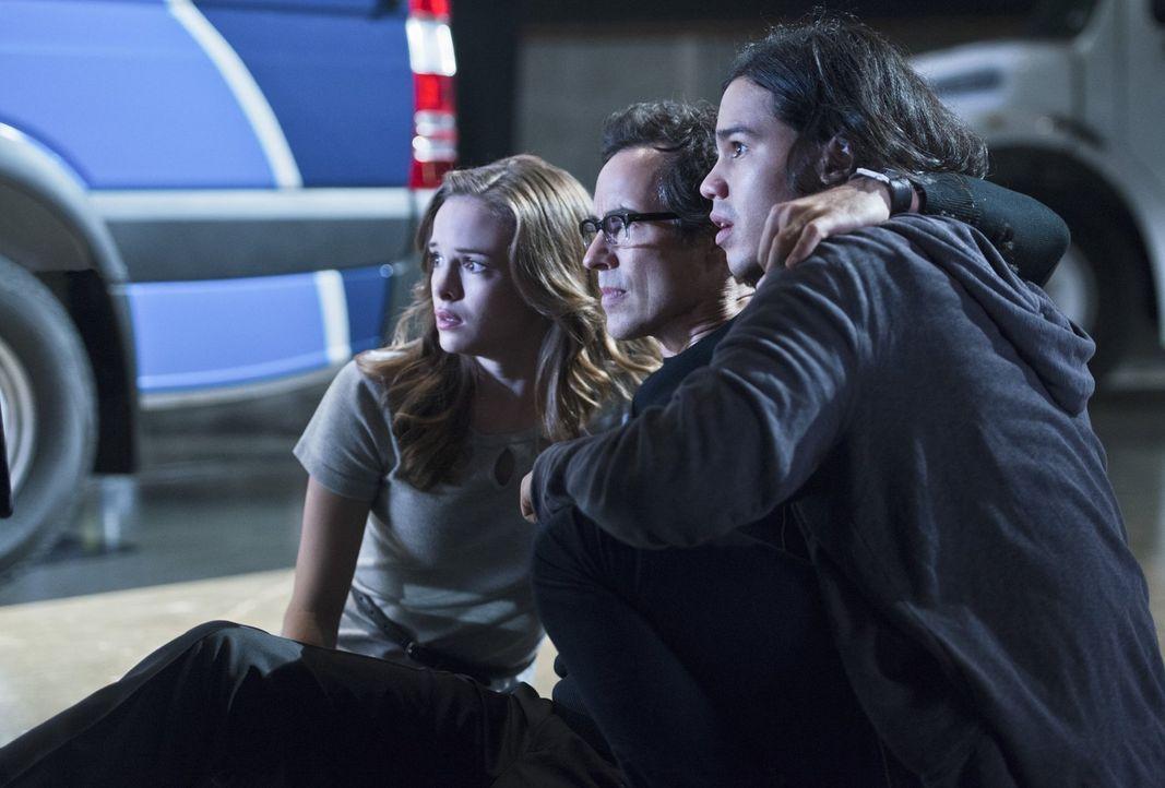 Als Barry alias The Flash auf Farooq alias Blackout trifft, gerät er in große Gefahr. Können ihm Caitlin (Danielle Panabaker, l.), Cisco (Carlos Val... - Bildquelle: Warner Brothers.
