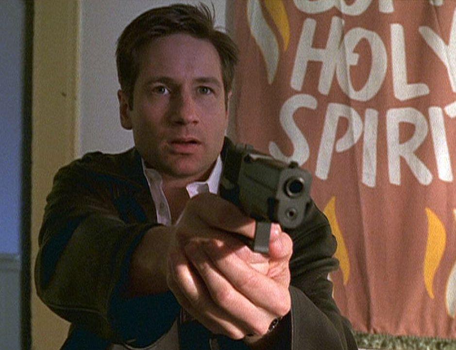 Gegen einen Teufel in Menschengestalt ist Mulder (David Duchovny) machtlos. - Bildquelle: TM +   2000 Twentieth Century Fox Film Corporation. All Rights Reserved.