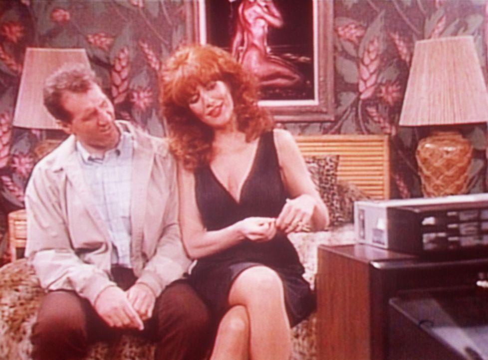 Al (Ed O'Neill, l.) und Peggy (Katey Sagal, r.) sehen sich eine stimulierende Videokassette an ... - Bildquelle: Sony Pictures Television International. All Rights Reserved.