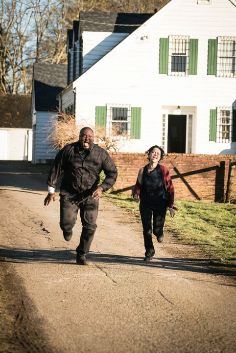 Bekommen unerwartet Besuch, der nichts Gutes erwarten lässt: Abraham (Nonso Anozie, l.) und Dariela (Alyssa Diaz , r.) ... - Bildquelle: Shane Harvey 2017 CBS Broadcasting, Inc. All Rights Reserved