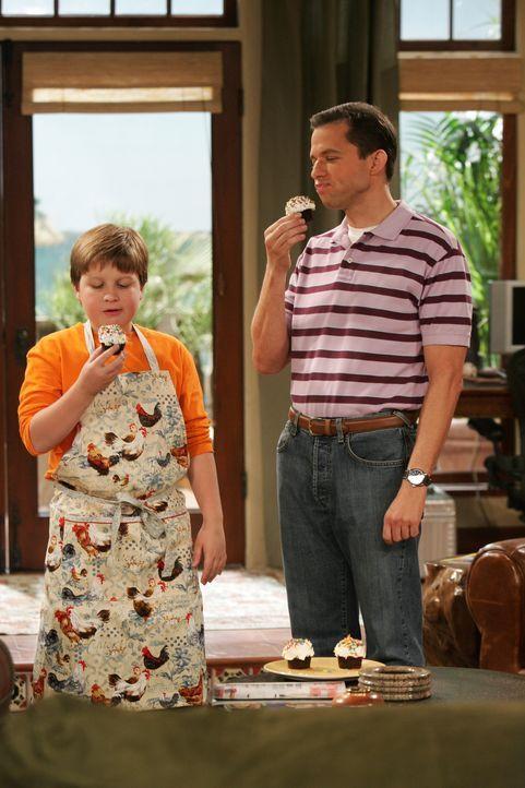 Alan (Jon Cryer, r.) gibt seinem Sohn Jake (Angus T. Jones, l.) eine Lektion in Ethik ... - Bildquelle: Warner Brothers Entertainment Inc.