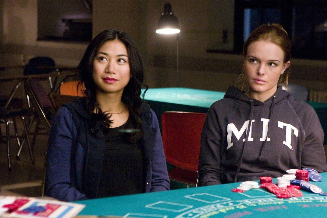 """Die MIT-Studentinnen Jill (Kate Bosworth, r.) und Kianna (Liza Lapira, l.) sind Mitglieder des """"Blackjack Teams"""" von Professor Micky Rosa. Er bringt... - Bildquelle: CPT Holdings, Inc. All Rights Reserved."""