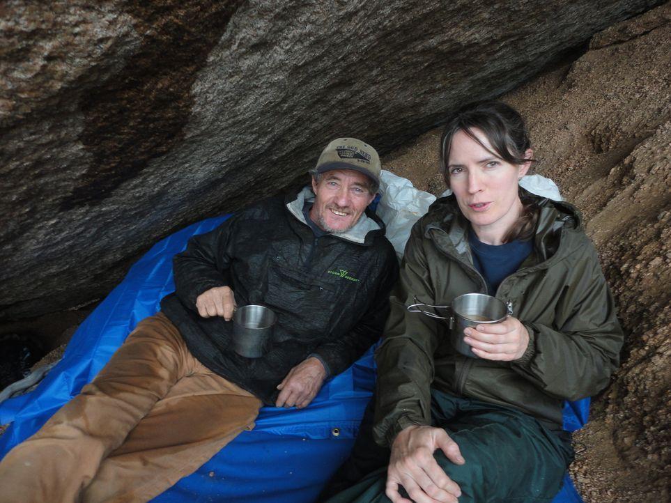 Auf der Suche nach dem Topaz geraten Amanda Adkins (r.) und Rich Fretterd (l.) in ein heftiges Gewitter. In einer Höhle finden sie Unterschlupf ... - Bildquelle: High Noon Entertainment 2014