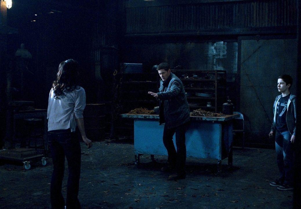 Die Dämonen nutzen Lisa (Cindy Sampson, l.) und Ben (Nicholas Elia, r.), um Dean (Jensen Ackles, M.) von weiteren Ermittlungen abzuhalten. Mit Erfol... - Bildquelle: Warner Bros. Television