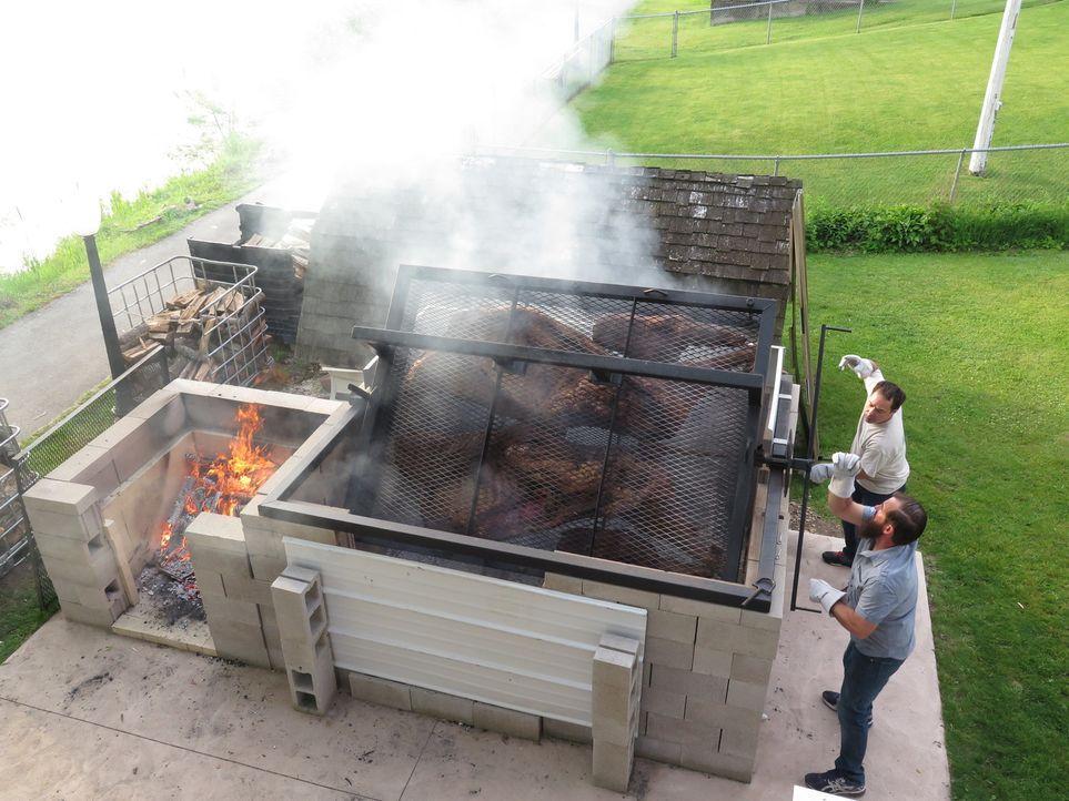 Die Schmiling Brüder aus Wisconsin haben sich einen ganz speziellen Grill gebaut, mit dem sie den ganzen Ochsen wenden können ... - Bildquelle: 2017,Cooking Channel, LLC. All Rights Reserved