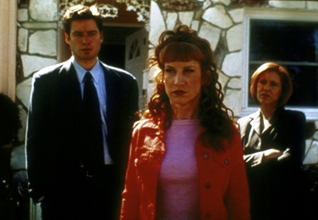 Betty Templeton (Kathy Griffin, M.) ist sauer auf ihre Doppelgängerin. Mulder II (Steve Kiziak, l.) und Scully II (Arlene Pileggi) sind gespannt, wa... - Bildquelle: TM +   2000 Twentieth Century Fox Film Corporation. All Rights Reserved.