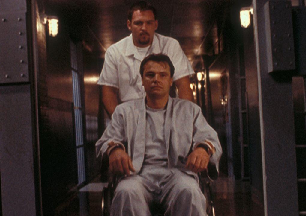 """Robert Modell, genannt """"der Pusher"""" (Robert Wisden, vorne), der durch eine Schussverletzung immer noch an den Rollstuhl gefesselt ist, wird von sein... - Bildquelle: TM +   2000 Twentieth Century Fox Film Corporation. All Rights Reserved."""