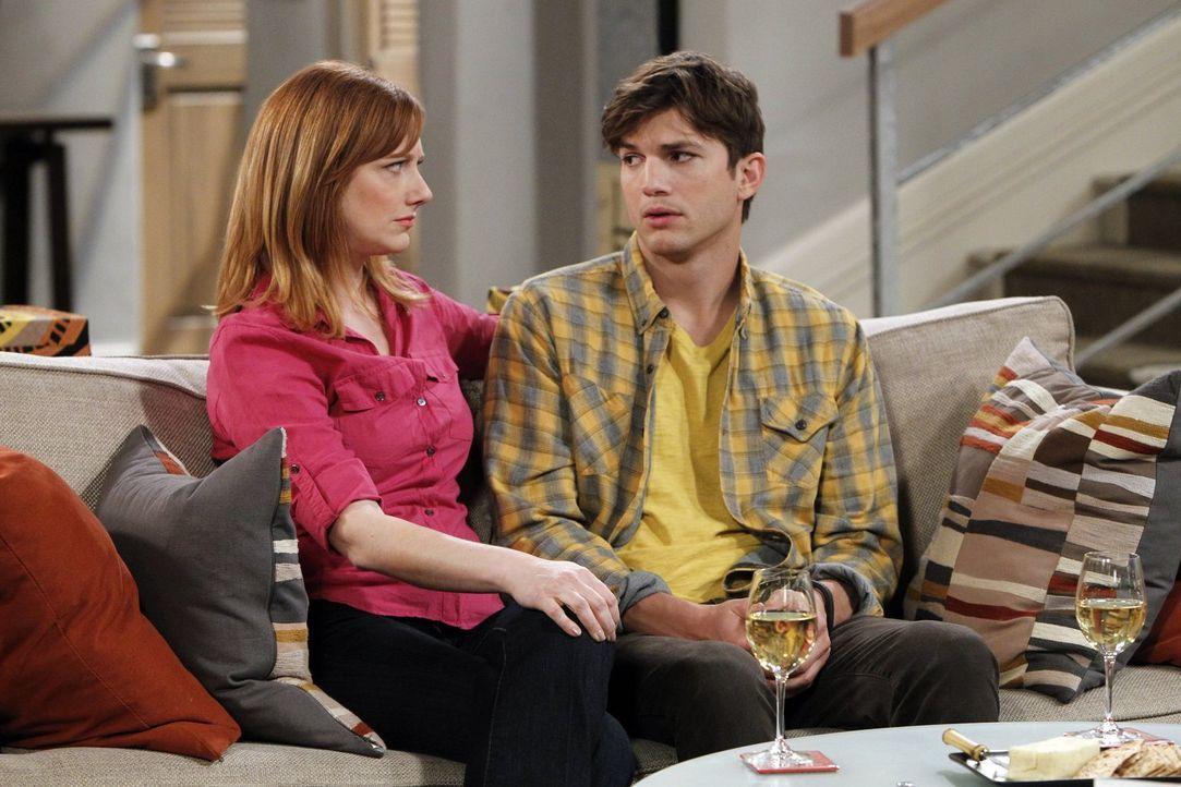 Haben sie eine Chance auf eine gemeinsame Zukunft? Walden (Ashton Kutcher, r.) und seine Ex-Frau Bridget (Judy Greer, l.) ... - Bildquelle: Warner Bros. Television