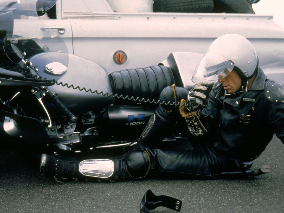 Als das berüchtigte Oberhaupt der Höllenjockeys, der Nightrider, aus dem Gefängnis ausbricht und auf seiner Flucht mit einem entwendeten V8-Polizeie... - Bildquelle: Warner Bros.